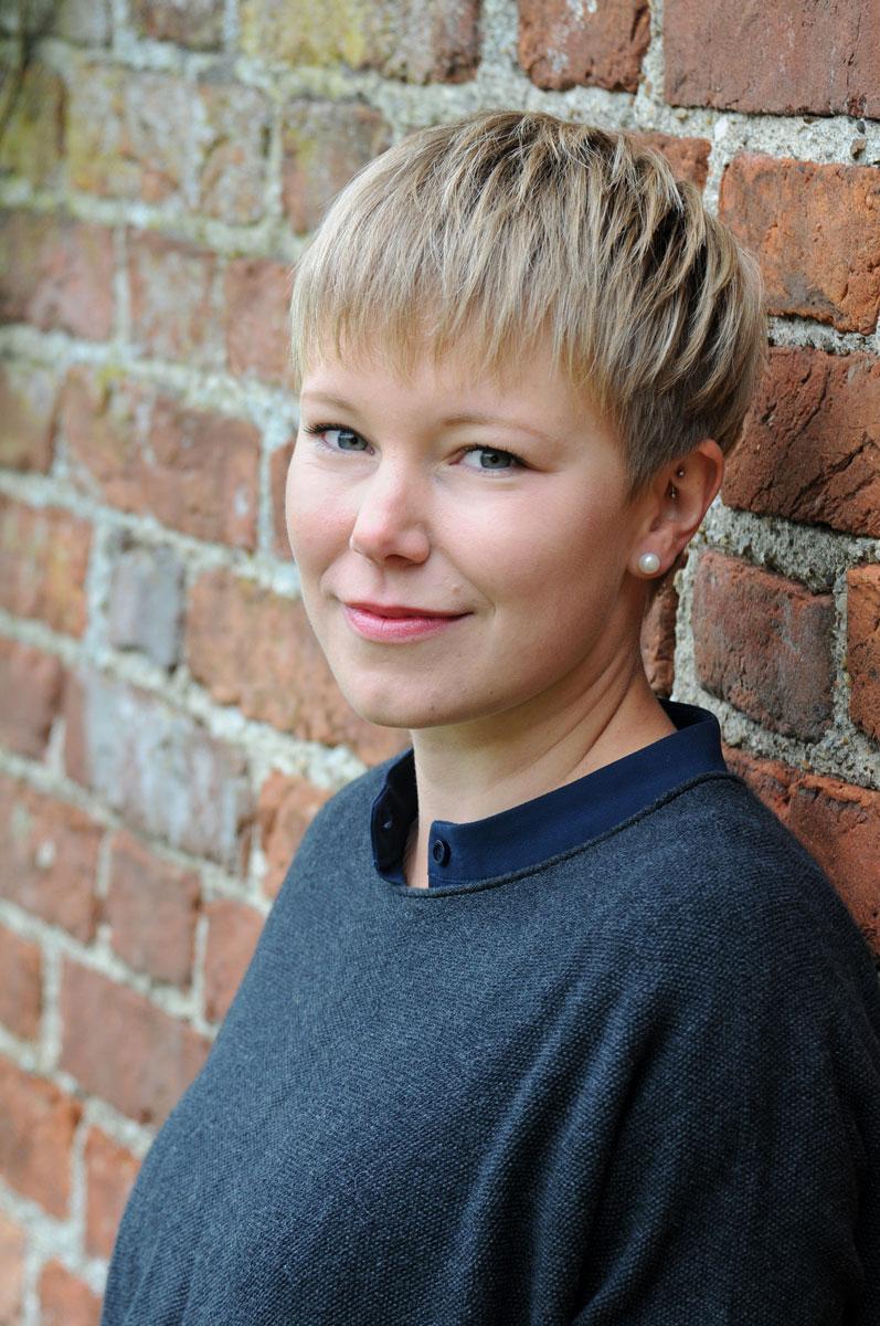 Fotografie-Marion-Mutschler-Portrait-Junge-Frau-Ziegelmauer-Cool